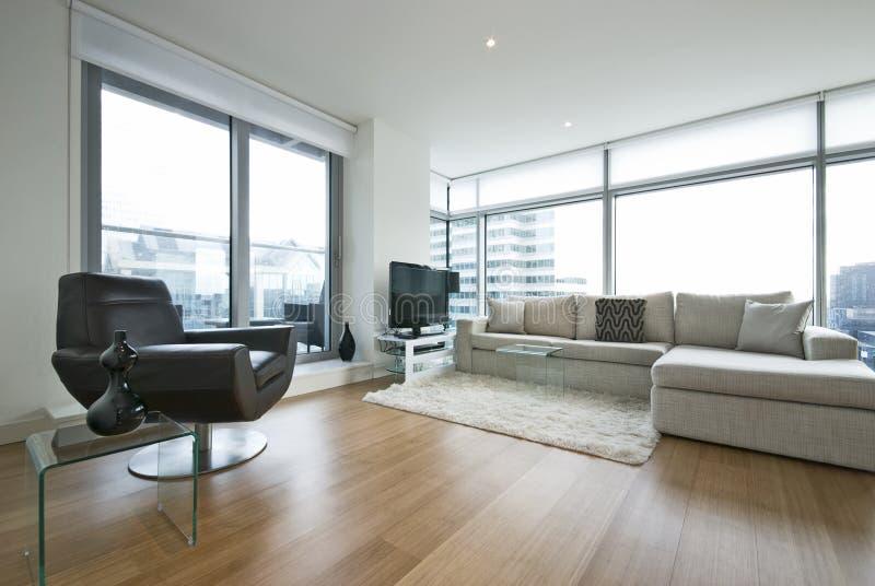 Zeitgenössisches Wohnzimmer mit Entwerfermöbeln stockbild