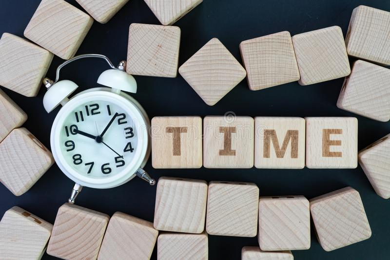 Zeitmanagement, Frist, Zeitplan und Anzeigenkonzept, bleiben Würfelholzklötze mit irgendeinem Mähdrescher die Wort Zeit mit Weiß  stockfotos