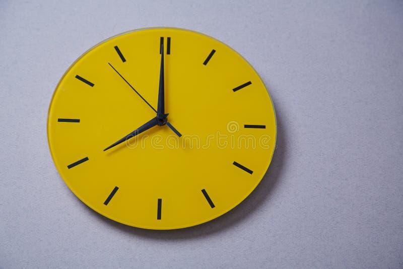 Zeitmanagementfrist und Zeitplankonzept: gelbe Uhr Abschluss oben lizenzfreies stockbild