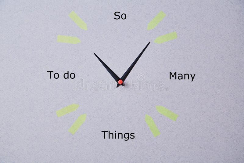 Zeitmanagementfrist und Zeitplankonzept: handgemachte Uhr auf grauem Hintergrund lizenzfreie stockbilder