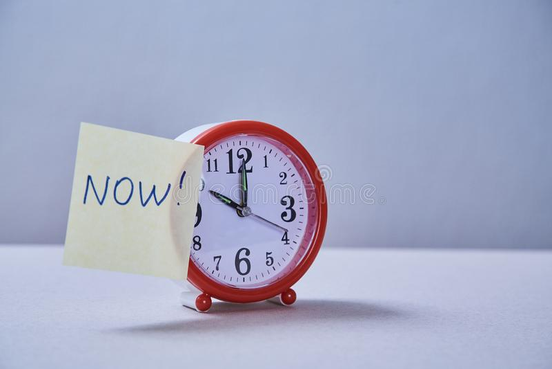 Zeitmanagementfrist und Zeitplankonzept: Wecker und Aufkleber mit verschiedenen Aufschriften lizenzfreie stockfotos