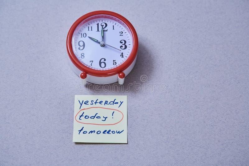 Zeitmanagementfrist und Zeitplankonzept: Wecker und Aufkleber mit verschiedenen Aufschriften stockfotografie