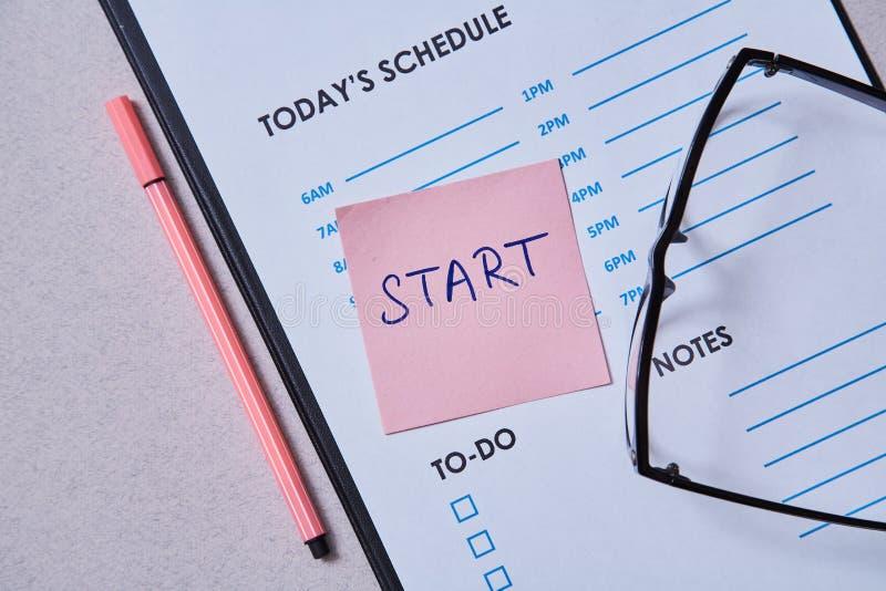 Zeitmanagementfrist und Zeitplankonzept: Zeitplanblatt und -aufkleber mit Aufschrift auf grauem Hintergrund lizenzfreie stockfotos