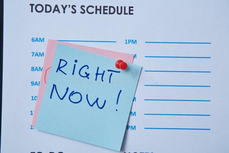 Zeitmanagementfrist und Zeitplankonzept: Zeitplanblatt und -aufkleber mit Aufschrift auf grauem Hintergrund stockfotografie
