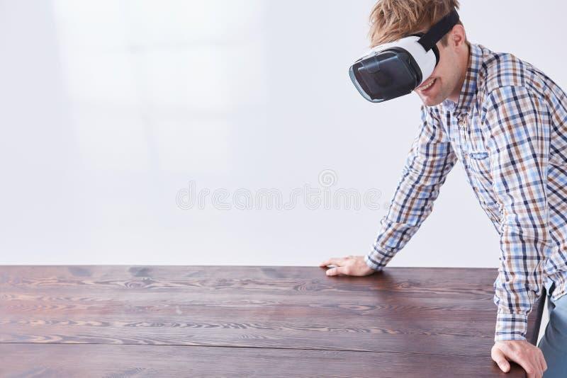 Zeitreise mit VR-Gläsern lizenzfreie stockfotos