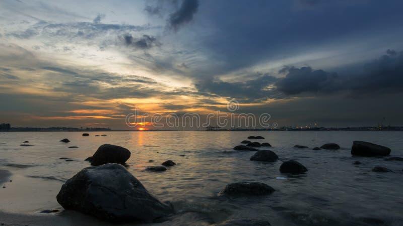 Zeitspanne von beweglichen Wolken und von Fluss vom Sonnenuntergang in blaue Stunde bei Punggol in Singapur 4k stock video