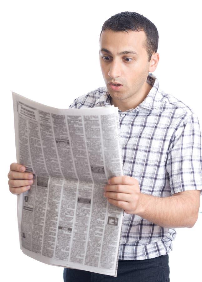 Zeitung des jungen Mannes Lese stockfotografie