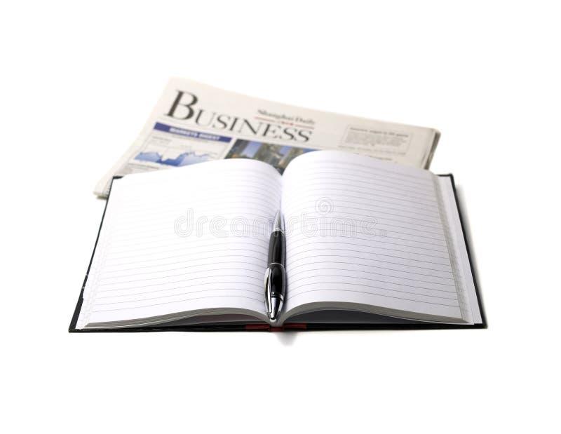 Zeitung, Feder und Notizbuch lizenzfreies stockbild