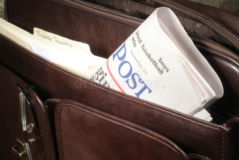 Zeitung im Aktenkoffer stockfotografie
