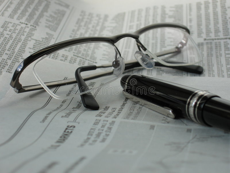 Zeitung mit Gläsern und Feder lizenzfreie stockfotografie