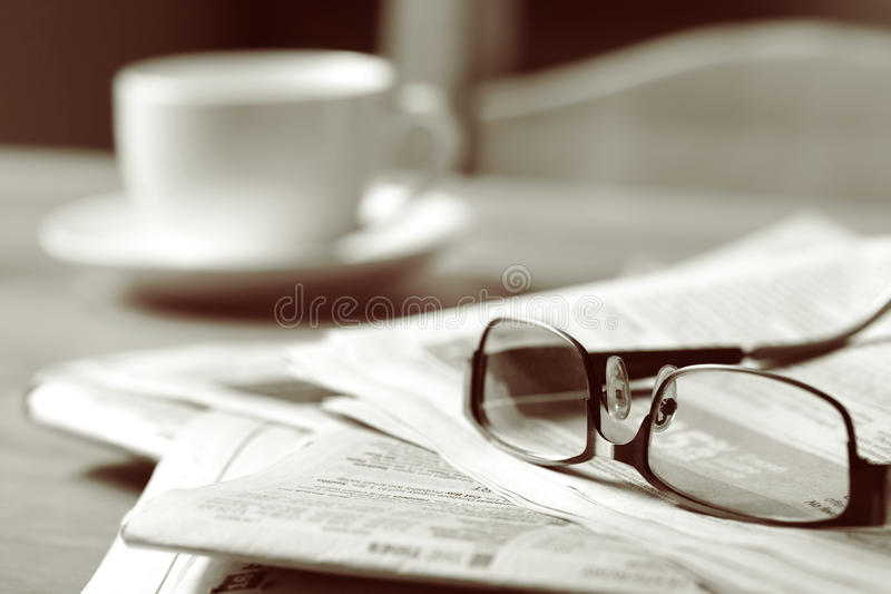 Zeitung und Kaffee stockbilder