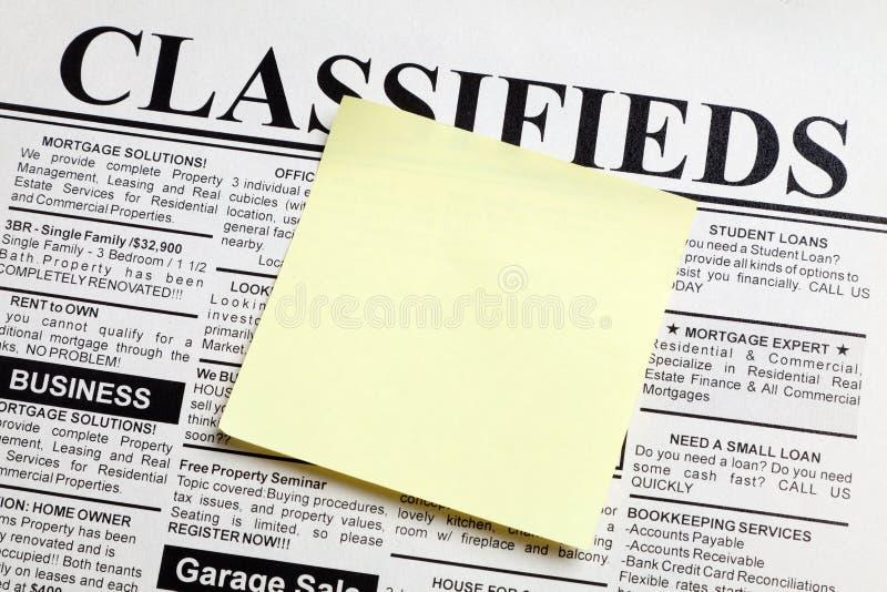 Zeitung und klebrige Anmerkung stockfotos