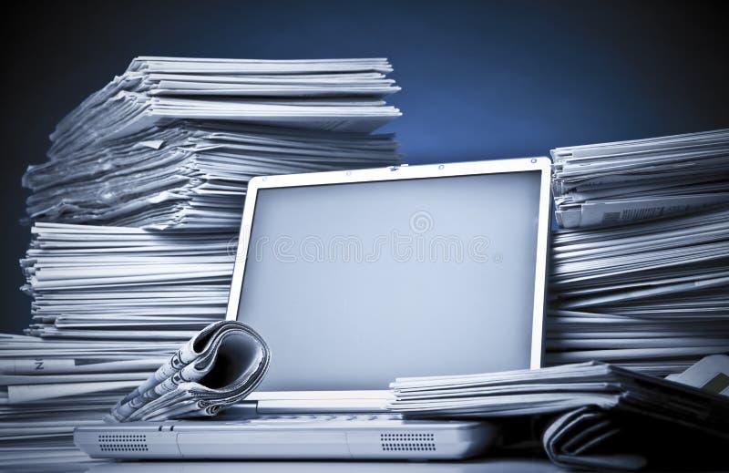 Zeitung und Laptop stockbild