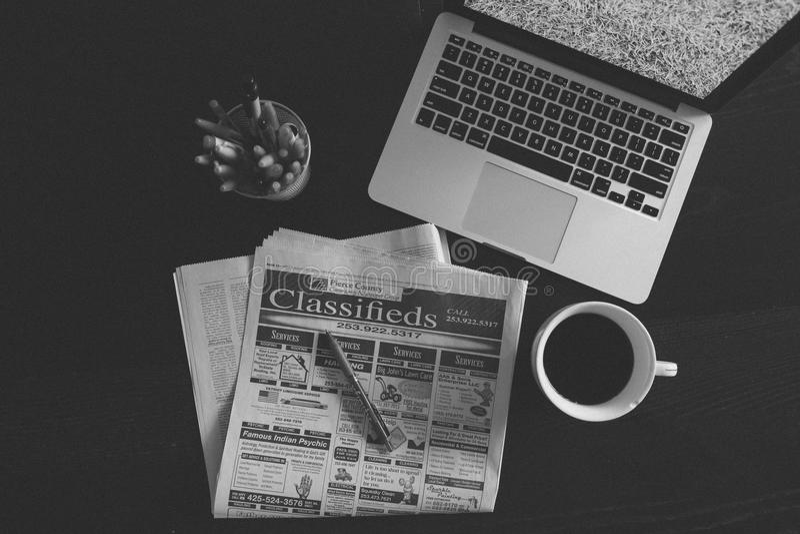 Zeitung und Laptop leben noch