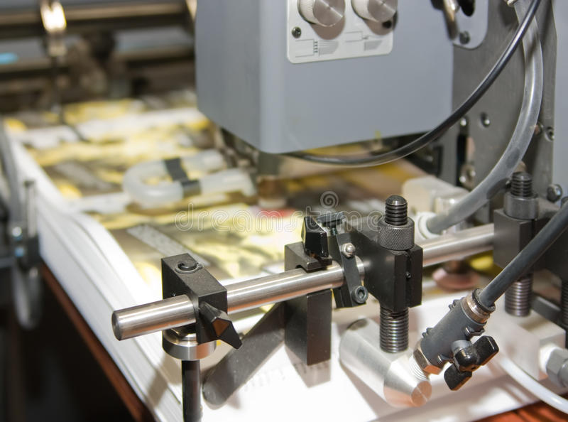 Zeitung an Versatz gedruckter Maschine stockbilder