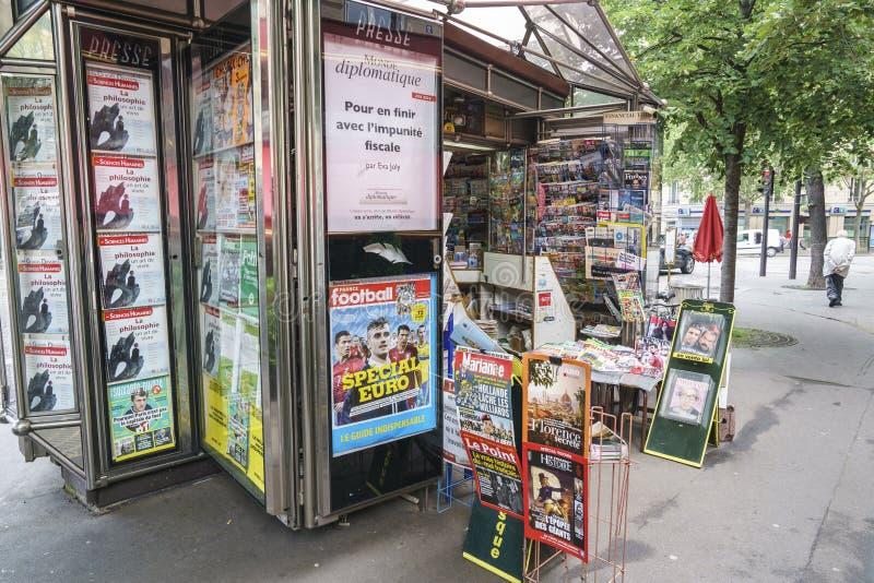 Zeitungen in Frankreich stockfotos
