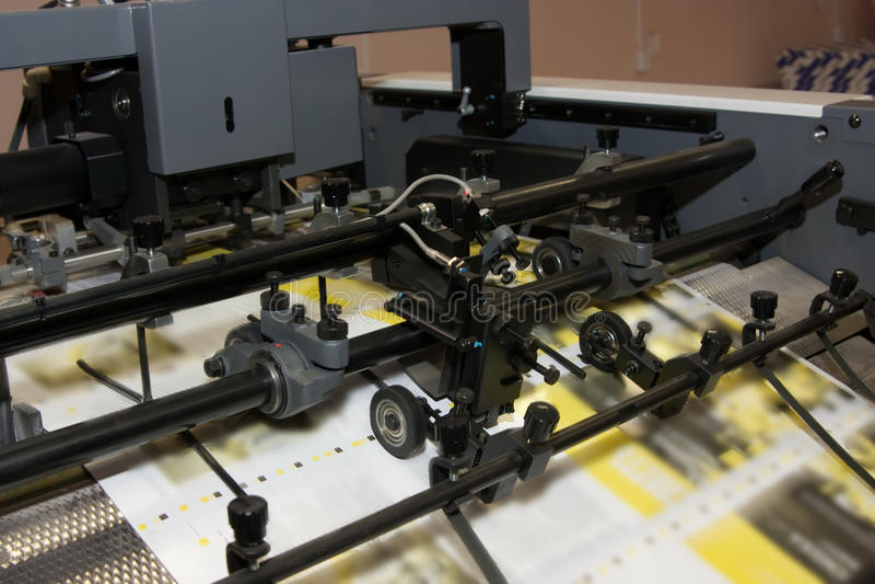 Zeitungen an Versatz gedruckter Maschine stockbilder