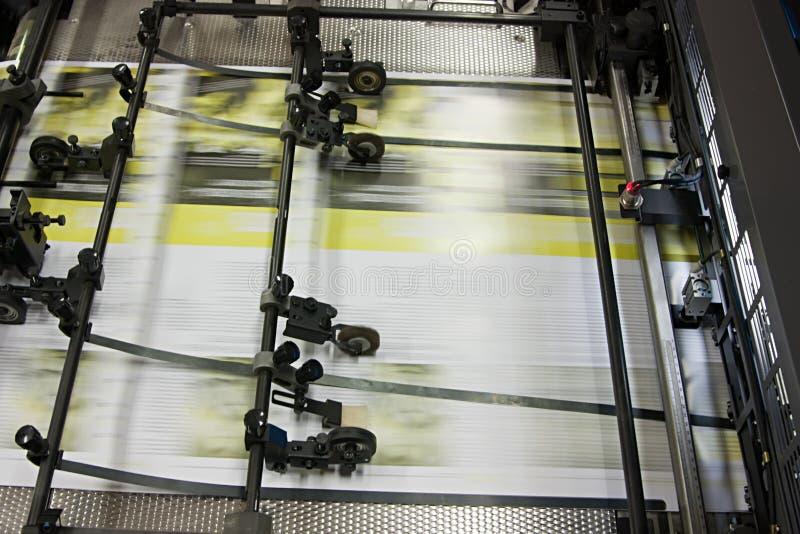 Zeitungen an Versatz gedruckter Maschine lizenzfreies stockfoto