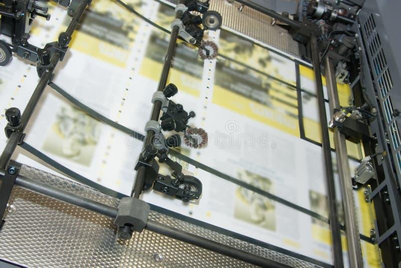 Zeitungen an Versatz gedruckter Maschine stockbild