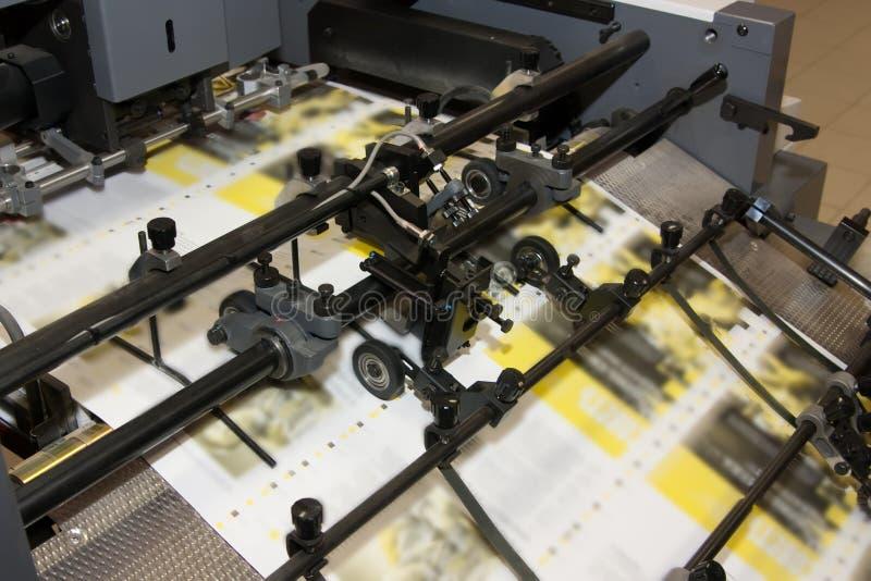 Zeitungen an Versatz gedruckter Maschine lizenzfreie stockfotografie