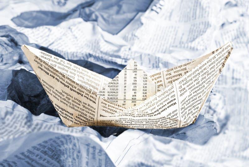 Zeitungsboot über Zeitungswellen lizenzfreie stockfotografie