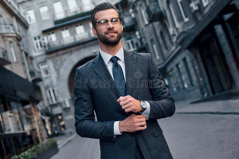 Zeker en knap Volledige lengte van de jonge mens in volledig kostuum sm royalty-vrije stock afbeeldingen