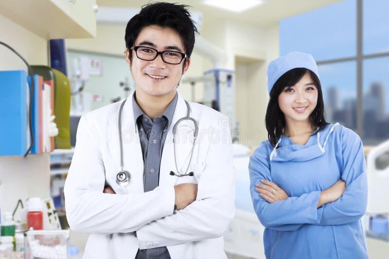 Zeker jong medisch team royalty-vrije stock foto's