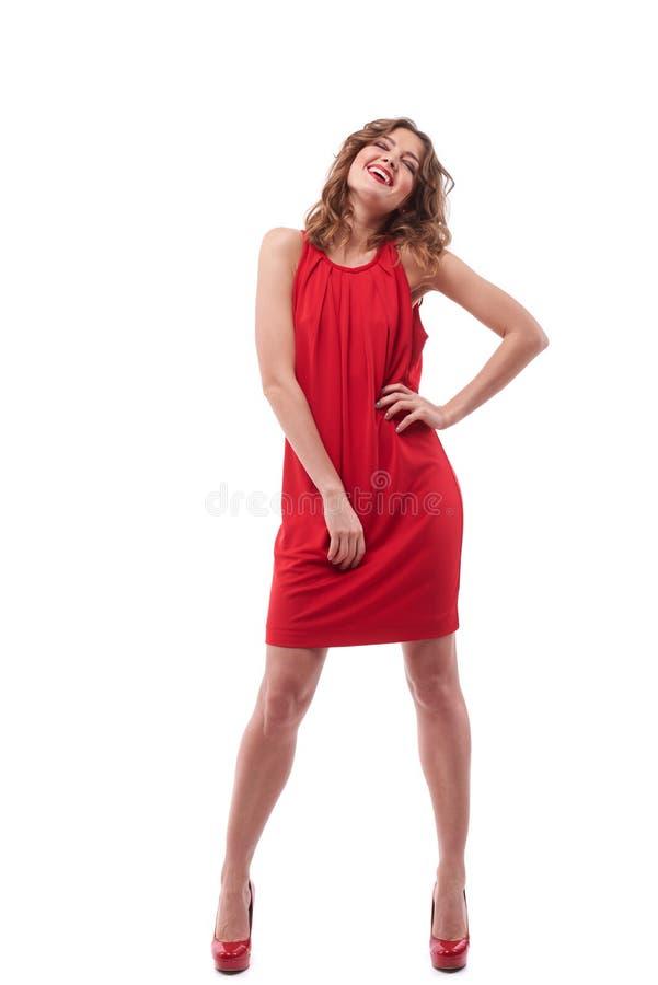 Zeker jong meisje in het rode kleding stellen in de studio royalty-vrije stock foto's