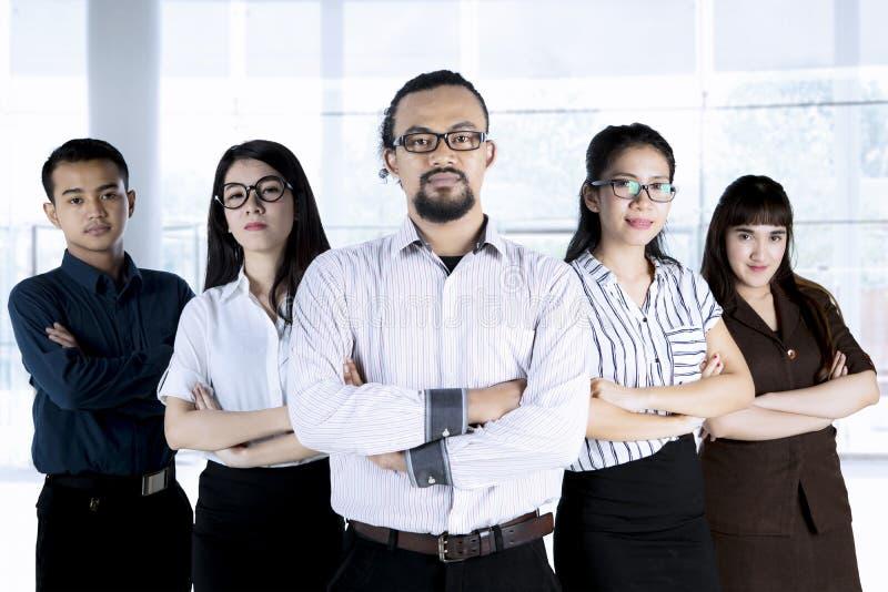 Zeker multi-etnisch commercieel team in bureau royalty-vrije stock foto's