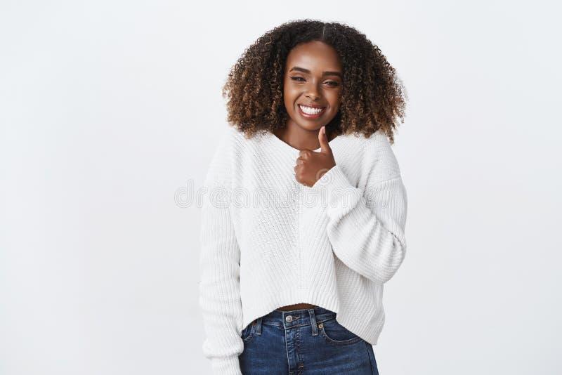 Zeker waarom niet Het prettige vriendelijke gelukkige Afrikaans-Amerikaanse steunende meisje toont de duim omhoog als gebaar het  stock foto