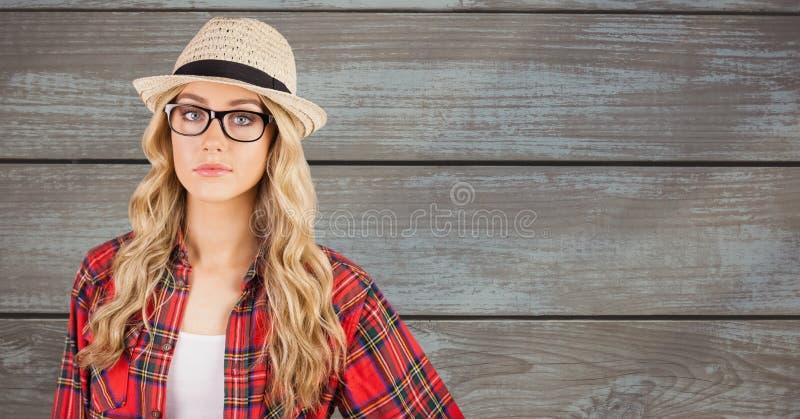 Zeker wijfje die hipster sunhat tegen muur dragen stock foto
