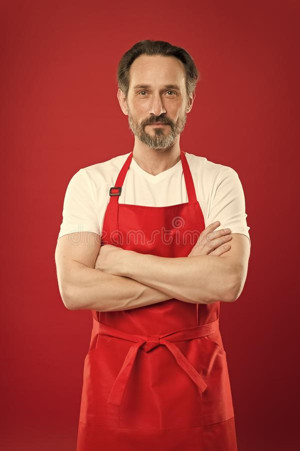 Zeker in zijn culinaire ambacht Kok met baard en snor die schort rode achtergrond dragen Mensen het rijpe kok stellen royalty-vrije stock afbeeldingen