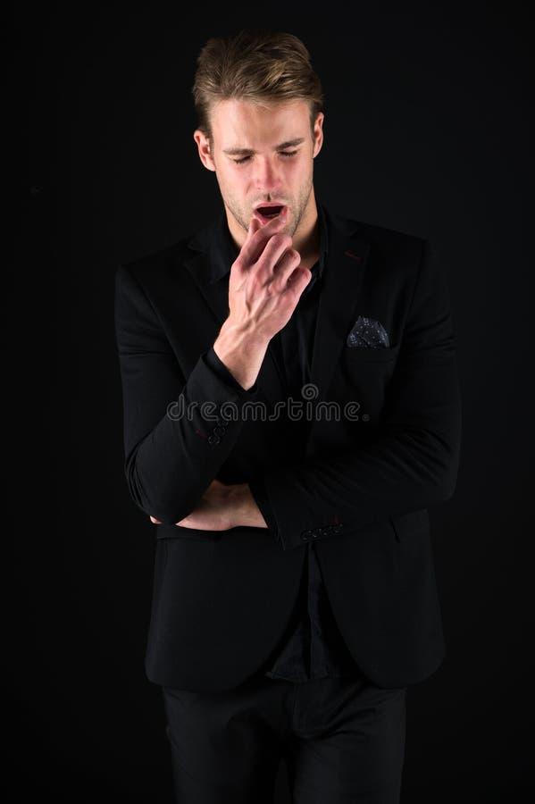 Zeker in zijn stijl Mens in donkere kleren Terloops knap Mensen knappe goed verzorgde macho op zwarte achtergrond stock afbeeldingen