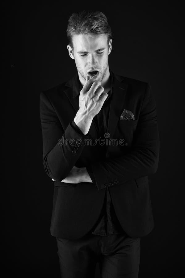 Zeker in zijn stijl Mens in donkere kleren Terloops knap Mensen knappe goed verzorgde macho op zwarte achtergrond royalty-vrije stock afbeeldingen