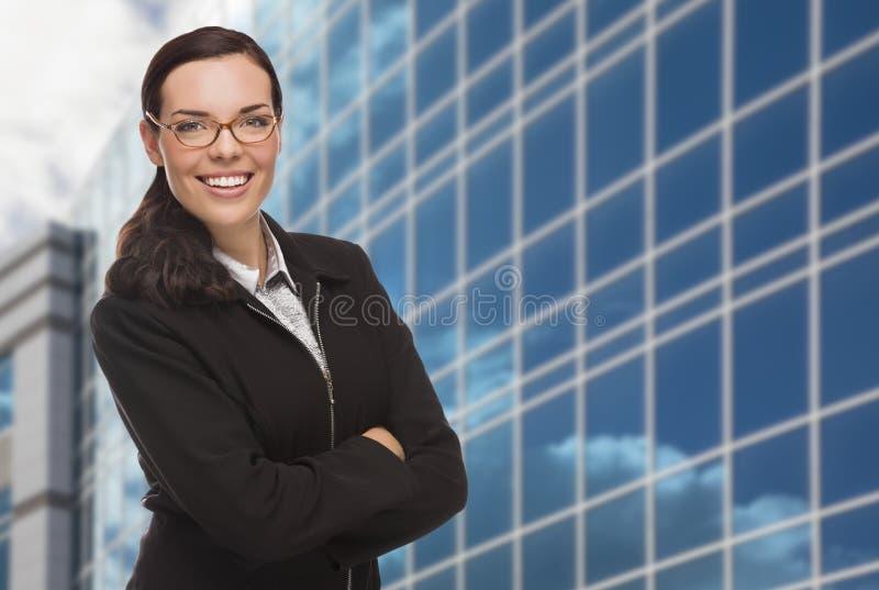 Zekere Aantrekkelijke Gemengde Rasvrouw voor Collectieve Buil stock afbeeldingen
