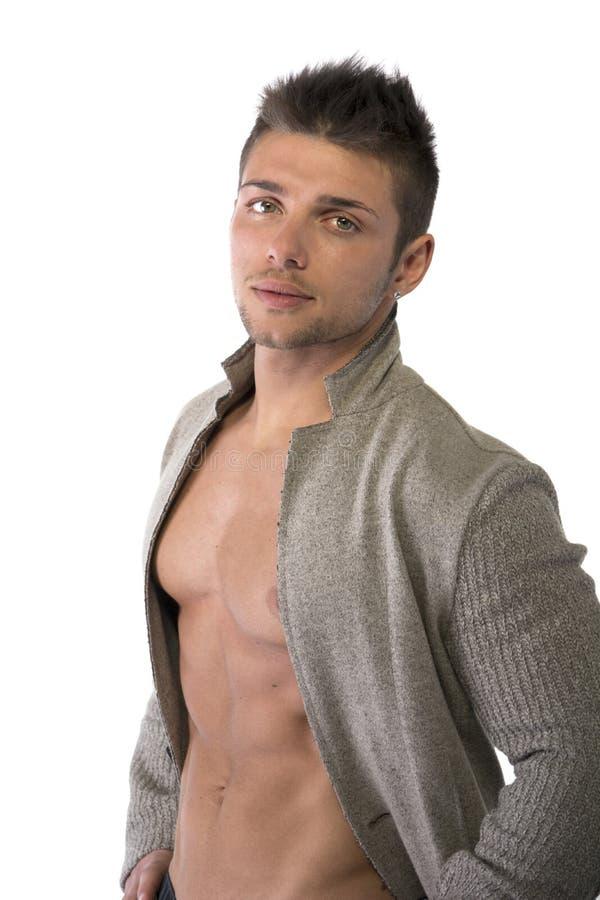 Zekere, aantrekkelijke jonge mens met open jasje op spiertorso stock foto's