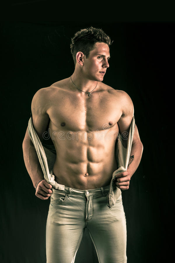 Zekere, aantrekkelijke jonge mens met open vest  stock fotografie