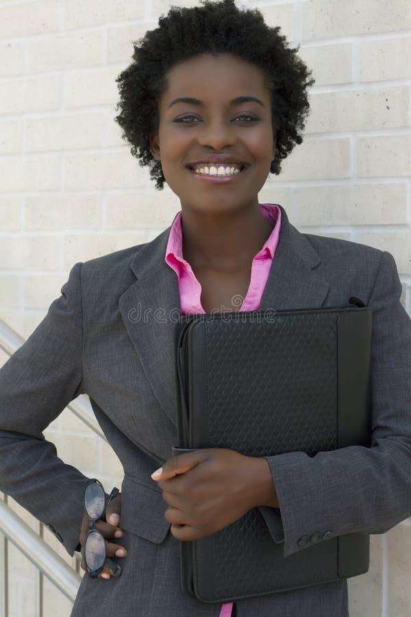 Zekere Afrikaanse Amerikaanse Bedrijfsvrouw royalty-vrije stock afbeeldingen