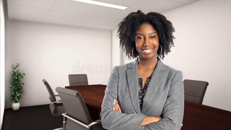 Zekere Afrikaanse Amerikaanse Onderneemster In een Bureau royalty-vrije stock afbeeldingen