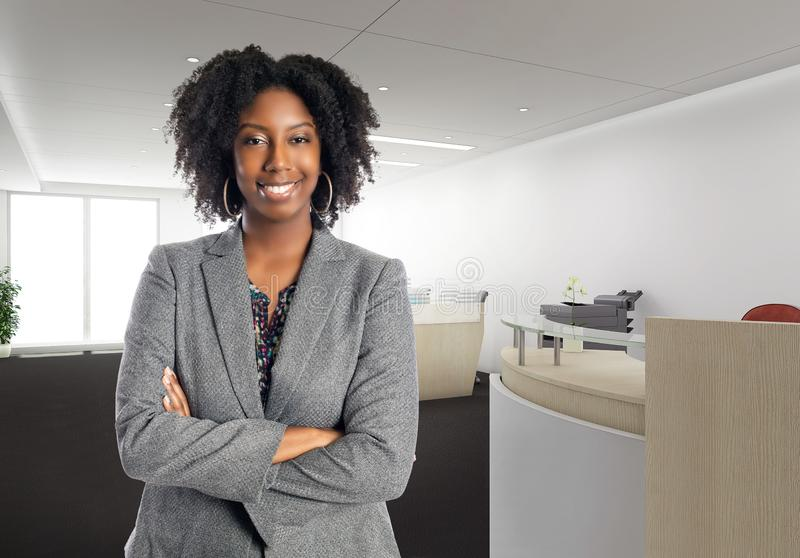 Zekere Afrikaanse Amerikaanse Onderneemster In een Bureau stock foto's