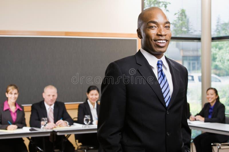 Zekere Afrikaanse zakenman stock afbeeldingen