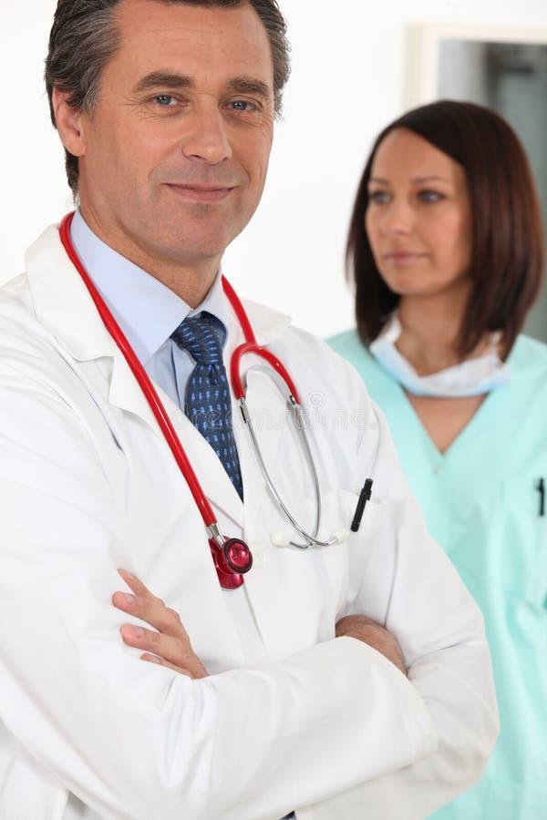 Arts dichtbij een verpleegster stock afbeelding