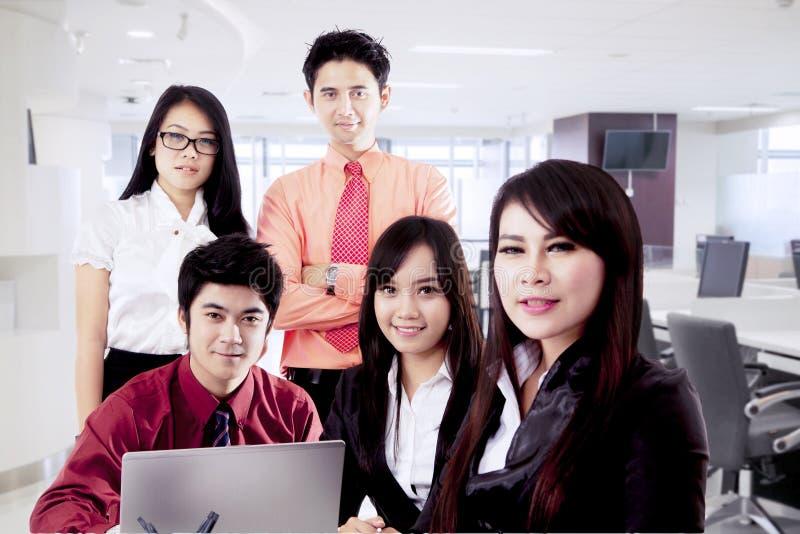 Zekere Aziatische bedrijfsmensen stock afbeeldingen