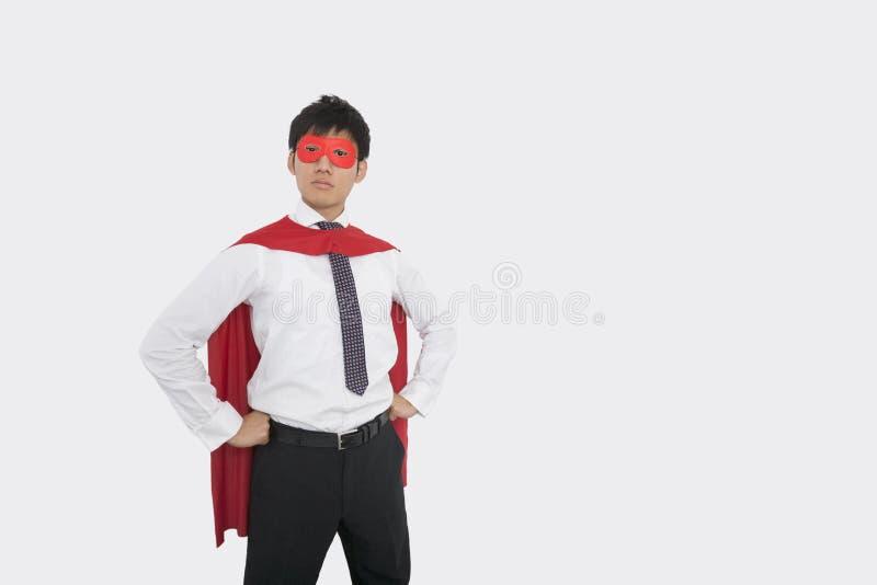 Zekere Aziatische zakenman in superherokostuum royalty-vrije stock fotografie