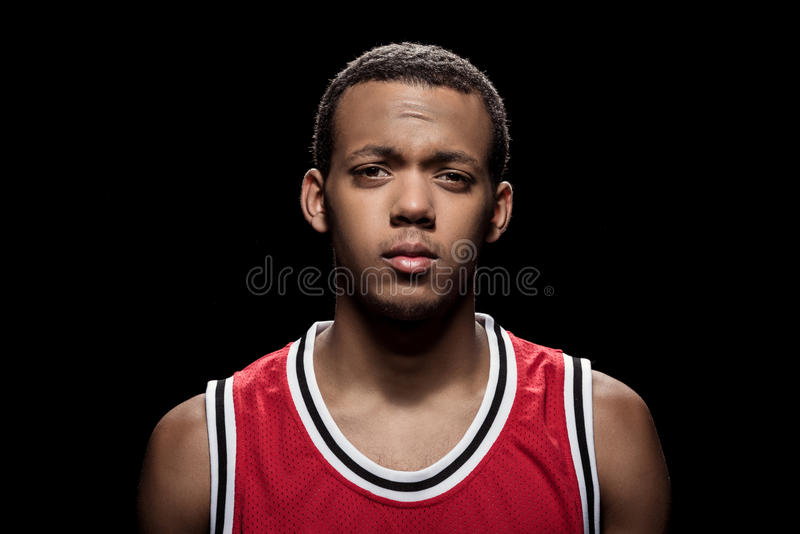 Zekere basketbalspeler die in sportkleding camera bekijken royalty-vrije stock fotografie