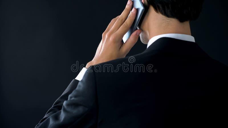 Zekere bedrijfdirecteur het spreken telefoon achtermening, benoemende partnervergadering royalty-vrije stock foto