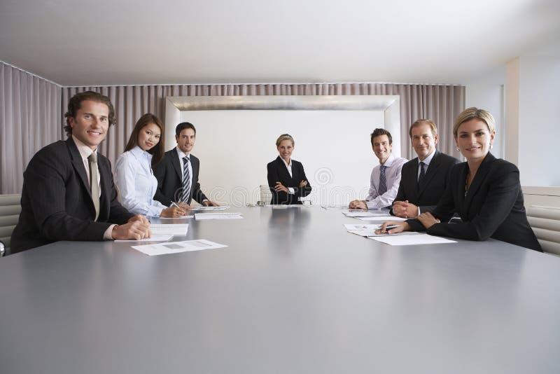 Zekere Bedrijfsmensen in Conferentiezaal stock afbeelding
