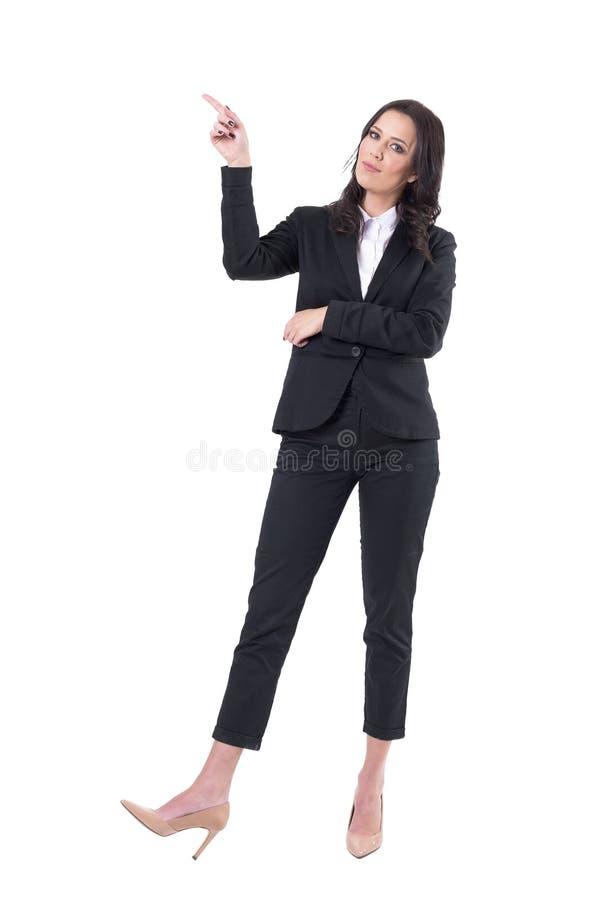 Zekere bedrijfsvrouw die met vinger voorstellen die op exemplaar het ruimte bekijken camera benadrukken stock afbeeldingen