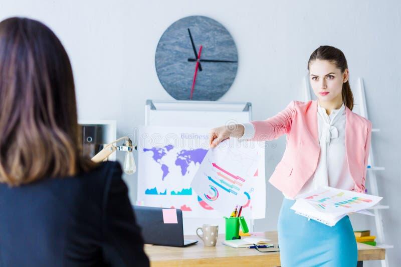 Zekere bedrijfsvrouw op commerciële vergadering op kantoor royalty-vrije stock afbeelding