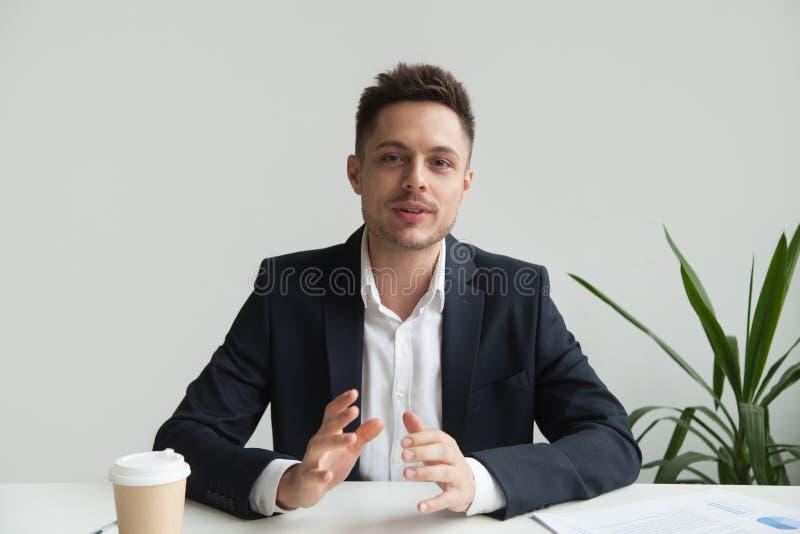 Zekere CEO die over de strategie van het bedrijfsucces spreken stock foto
